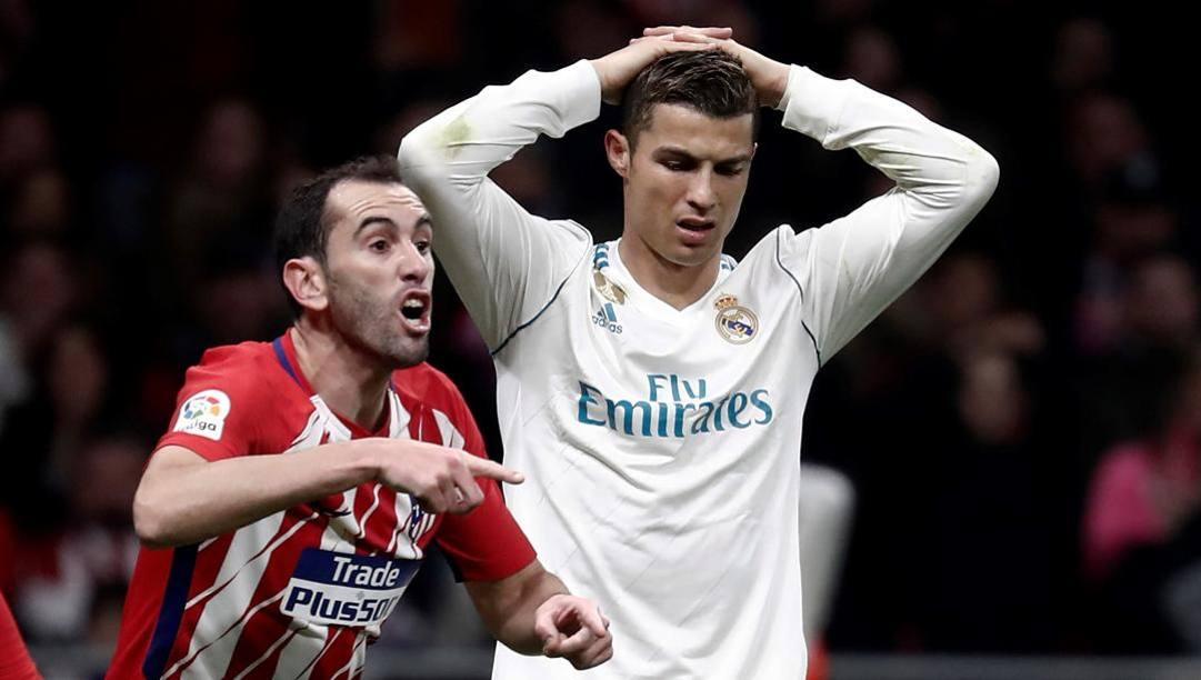 Diego Godin, 35 anni, e Cristiano Ronaldo, 36, qui in un derby di Madrid