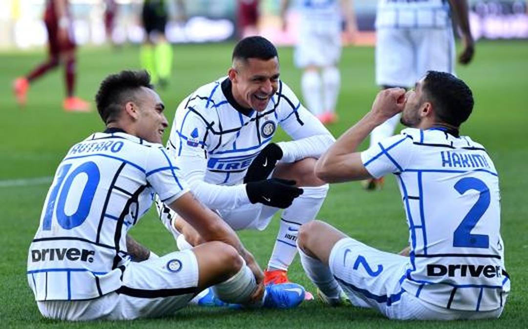 Alexis Sanchez (32 anni) festeggia dopo il gol di Lautaro Martinez (23) a Torino. GETTY IMAGES
