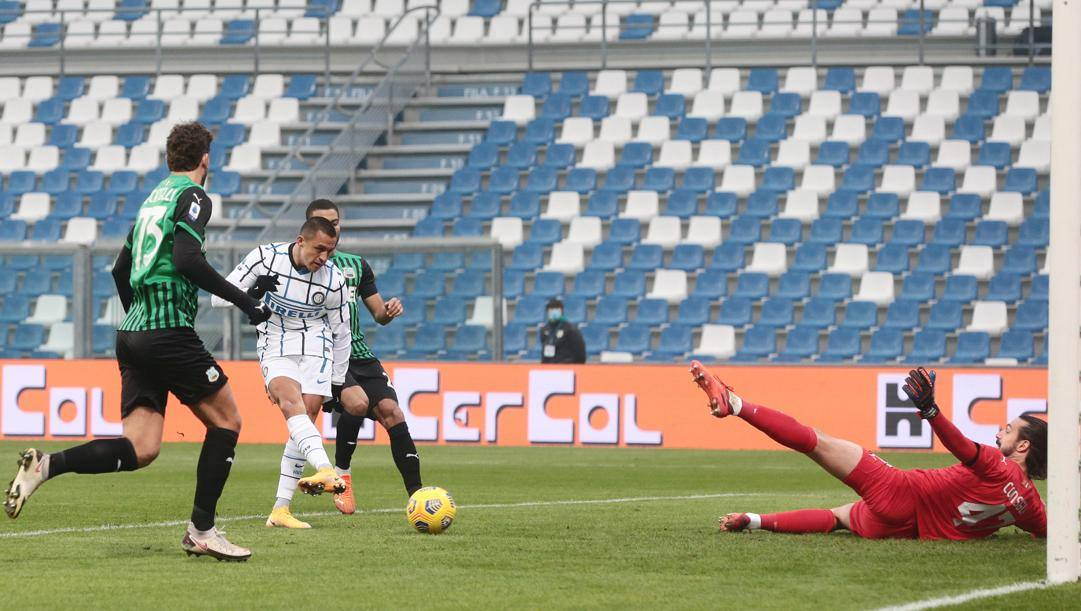 Il gol di Sanchez nell'andata col Sassuolo. Ansa