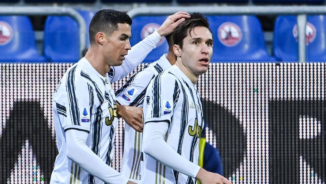 Federico Chiesa con Cristiano Ronaldo. Afp