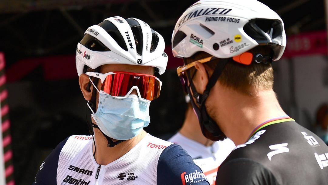 Vincenzo Nibali, 36 anni, parla con Peter Sagan, 31 anni. ANSA