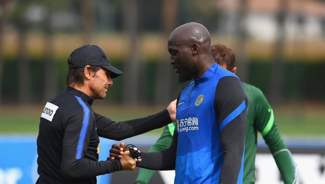 Antonio Conte (51 anni) e Rumelu Lukaku (27) durante una seduta di allenamento ad Appiano Gentile (CO). GETTY IMAGES