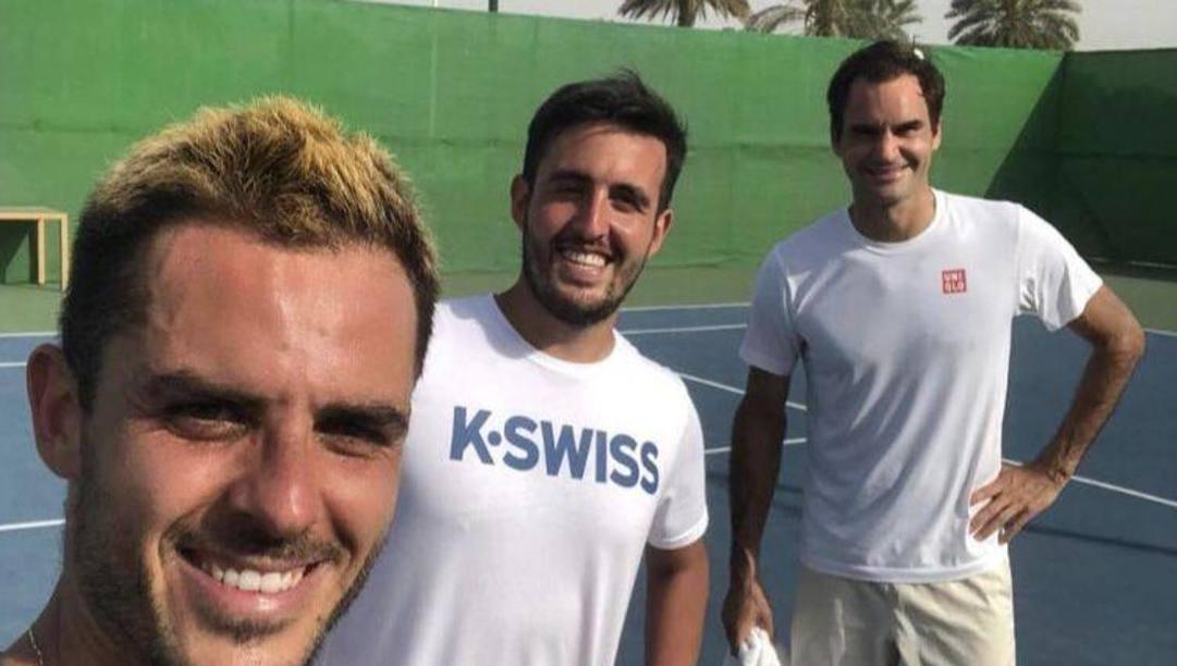 Thomas Fabbiano, 31 anni e numero 179 al mondo, insieme a Roger Federer, 39 anni. Tra i due giocatori il fratello di Fabbiano, Roberto