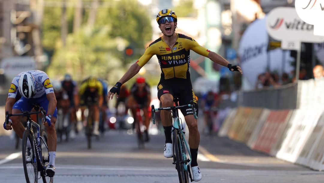 Il belga Wout Van Aert, 26 anni, batte il francese Julian Alaphilippe nella Milano-Sanremo 2020. BettiniL'ultimo hurrà