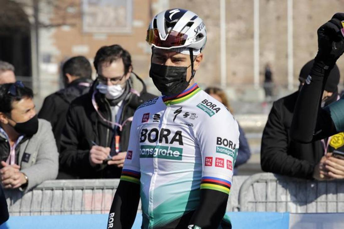 Peter Sagan, uno dei favoriti al successo finale, prima dell'inizio della corsa. Ansa