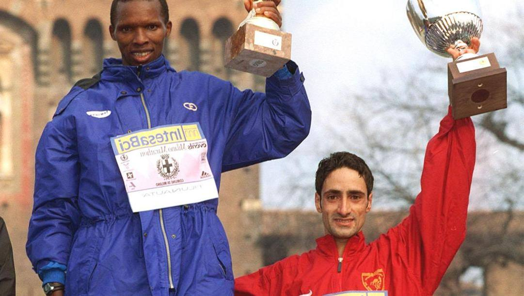 Milano Marathon 2001: al centro il vincitore John Sada Naya, a sinistra il kenyota Willy Cheruyot (secondo classificato) e l'italiano Ottavio Andriani, terzo classificato.