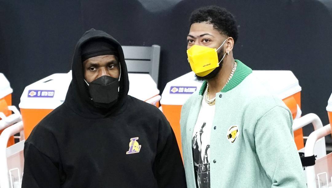 LeBron James, 36 anni, e Anthony Davis, 27: i Lakers hanno davanti un periodo di tempo significativo senza le loro due colonne portanti. LaPresse