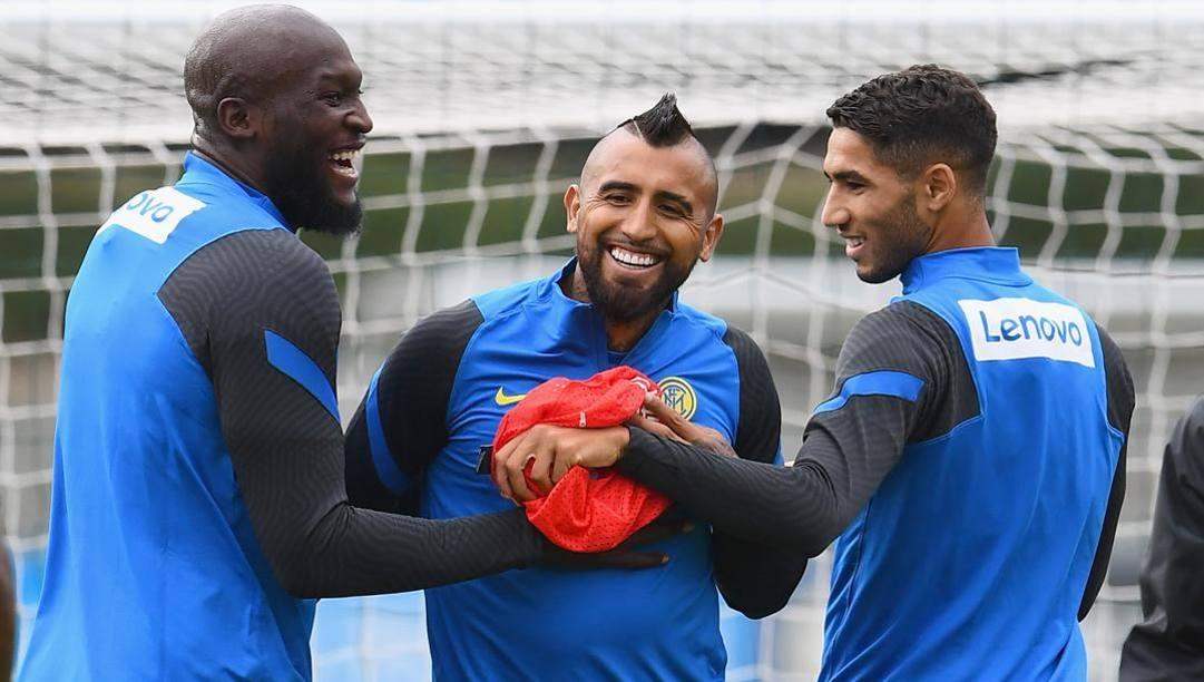 Vidal durante un allenamento con Lukaku e Hakimi. Getty