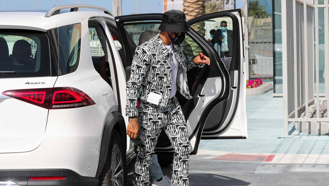 Lewis Hamilton con un vistoso outfit in occasione del GP di Abu Dhabi 2020. Afp