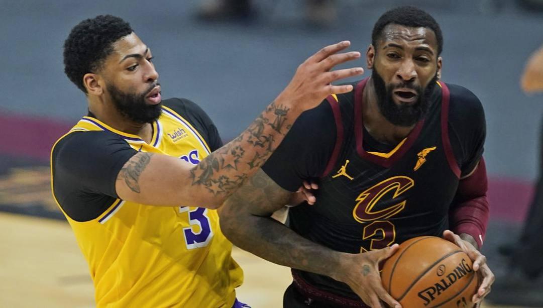 Anthony Davis e Andre Drummond potrebbero presto giocare insieme ai Lakers. Ap