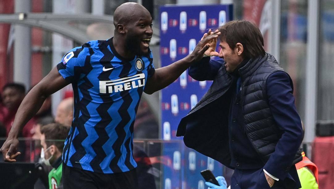 Romelu Lukaku (27 anni) con Antonio Conte (51), entrambi alla seconda stagione con l'Inter. AFP