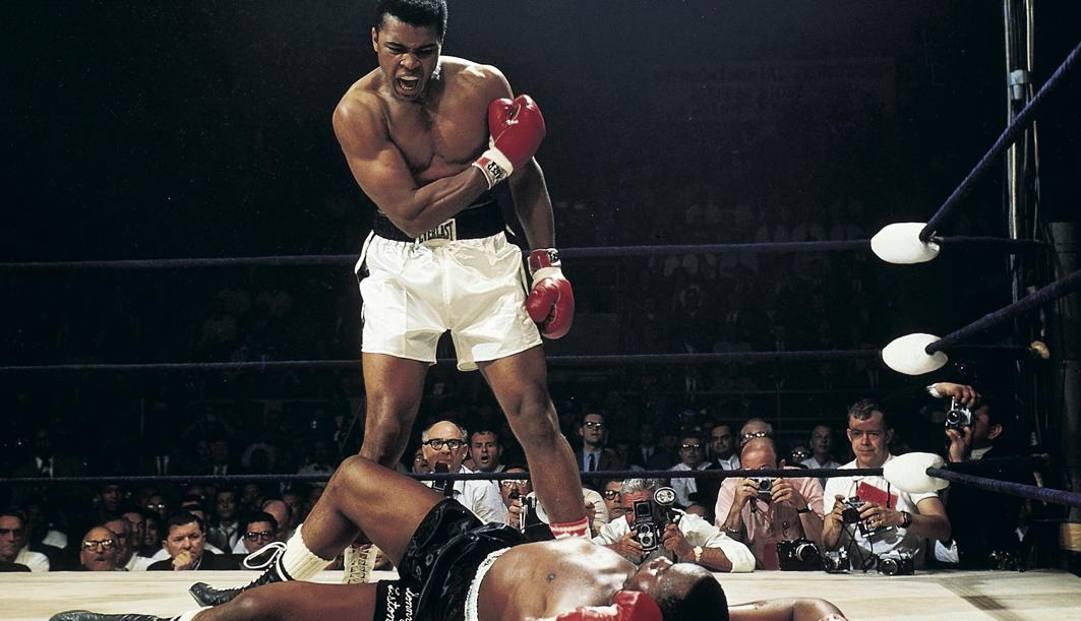 Lo scatto storico: Ali e, a terra, Liston. Foto tratta dal libro di Neil Leifer Boxing, 60 years of Fights and Fighters, edito da Taschen'