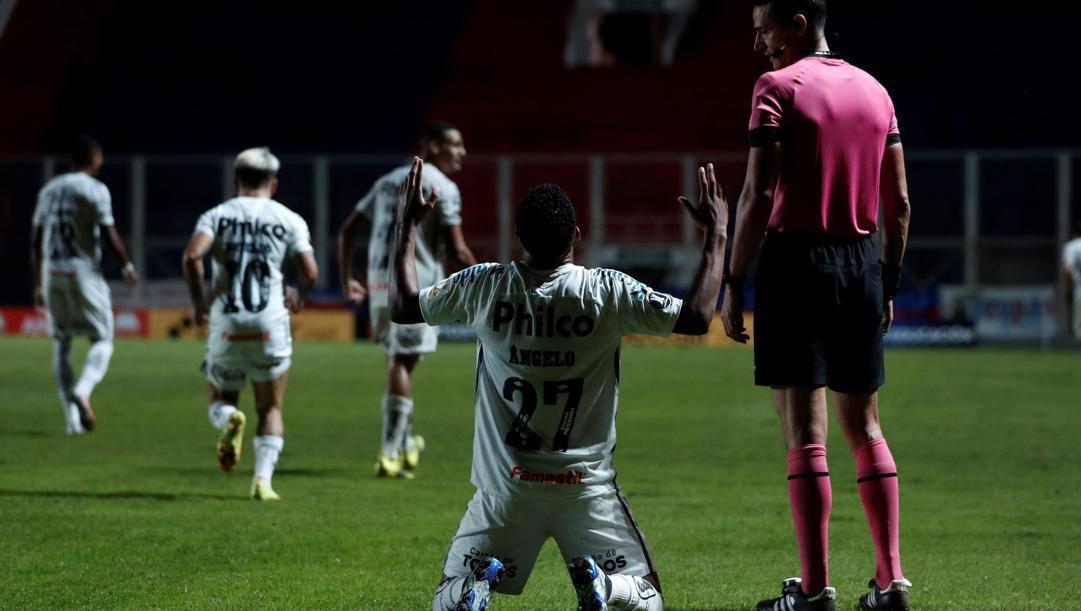 Angelo Borges, 16 anni, festeggia il suo primo gol in Coppa Libertadores. EPA