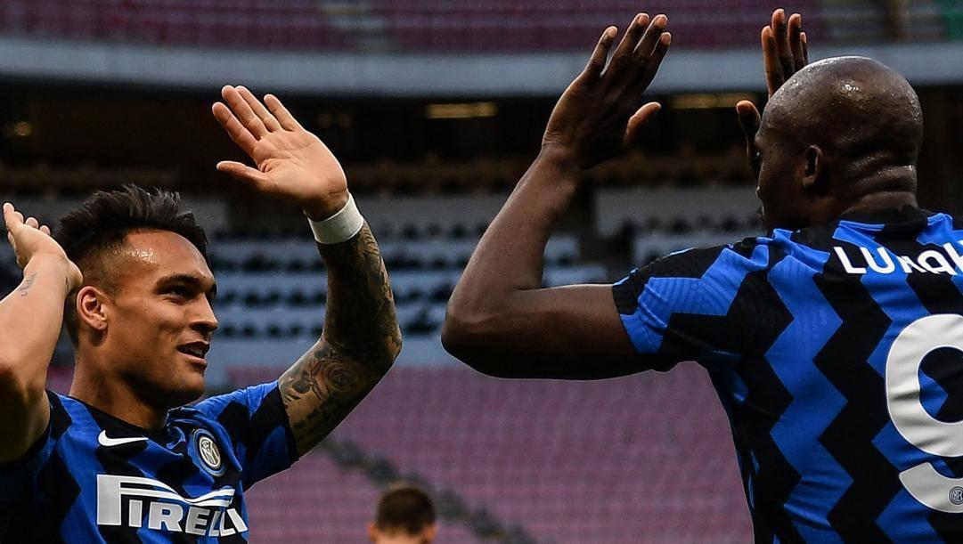 Lautaro Martinez (23 anni) esulta con Romelu Lukaku (27) dopo il gol del bomber belga. AFP