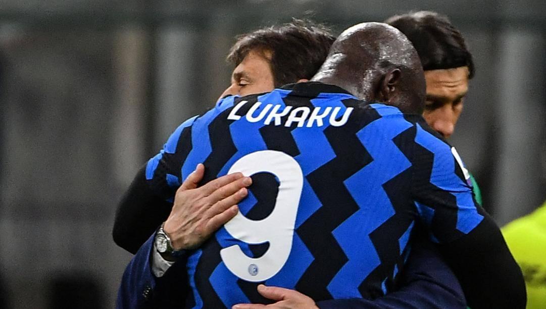 Antonio Conte con Romelu Lukaku. Afp