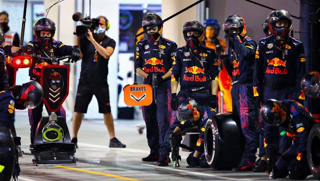 I meccanici Red Bull in attesa del pilota durante il GP Bahrain. Getty