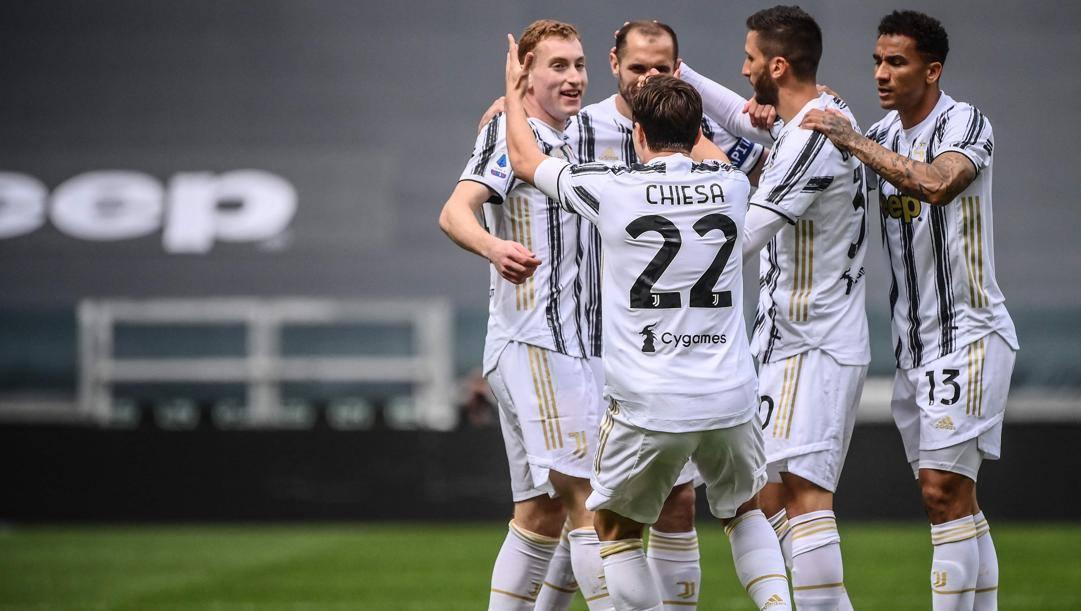 Kulusevski festeggiato dai compagni dopo la rete al Genoa. Afp