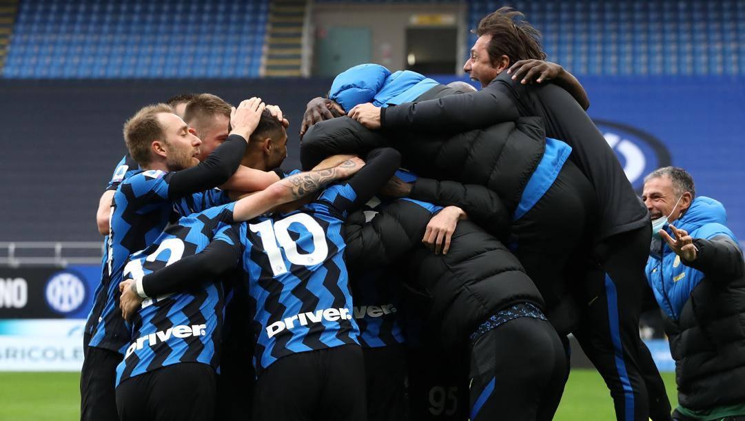 Antonio Conte festeggia con i suoi giocatori. Getty