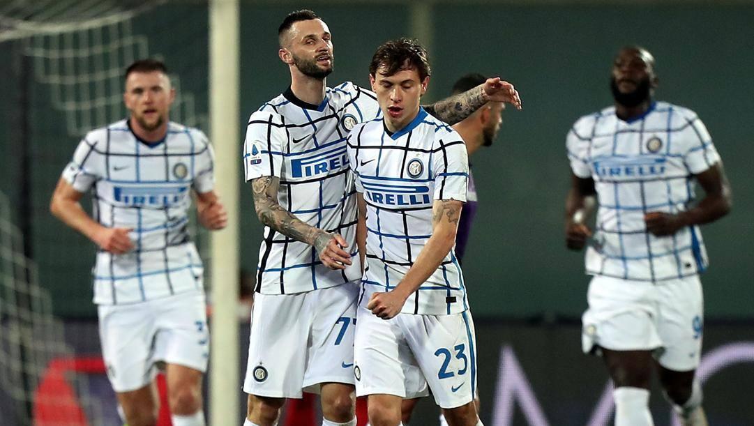 Brozovic festeggia Barella dopo il gol alla Fiorentina. Getty
