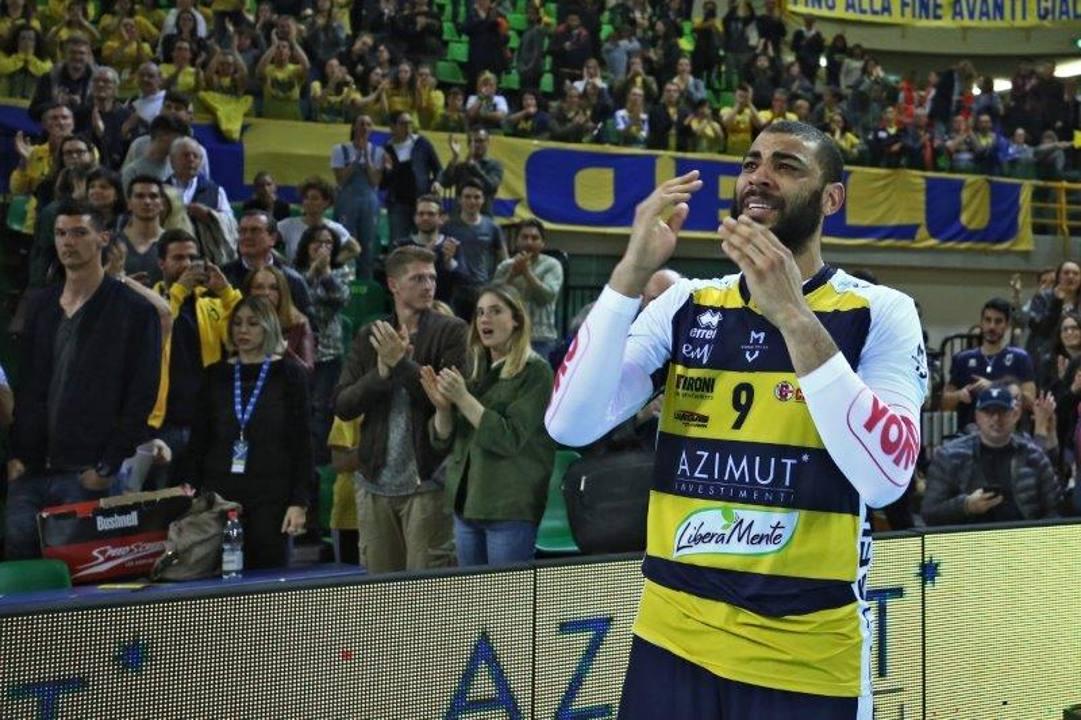 Earvin Ngapeth, 30 anni, in lacrime dopo la sua utima partita a Modena il 15 aprile 2018