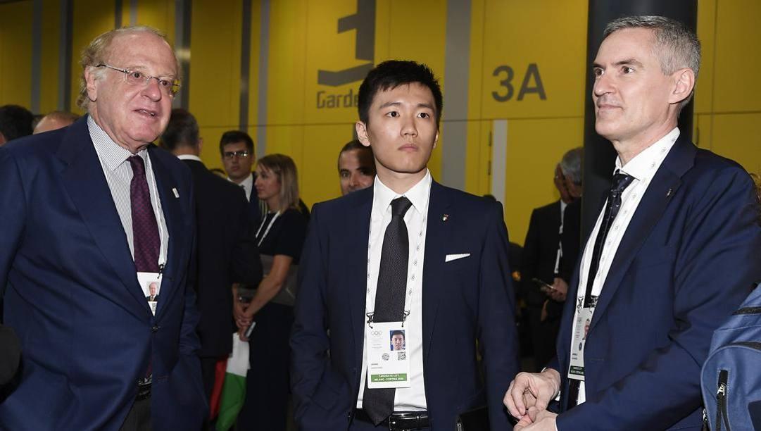Steven Zhang col presidente del Milan Scaroni e l'ad Inter Antonello. LaPresse