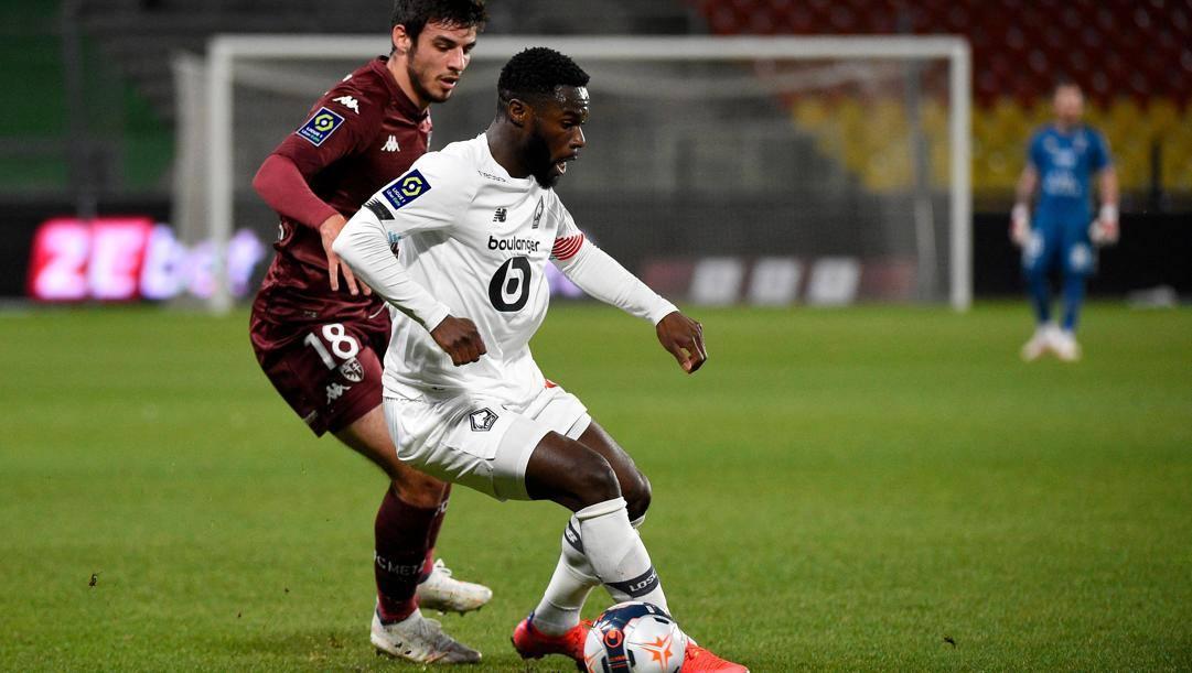 Jonathan Bamba del Lilla, contro Fabien Centonze del Metz. Afp