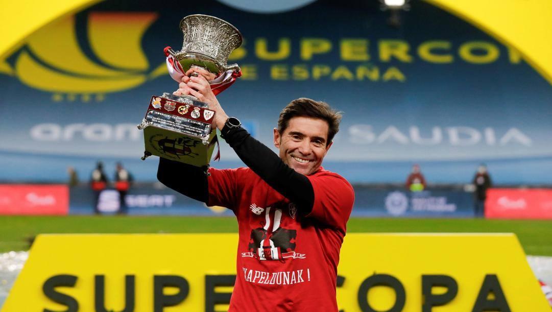 Marcelino con la Supercoppa vinta contro il Barcellona. Epa
