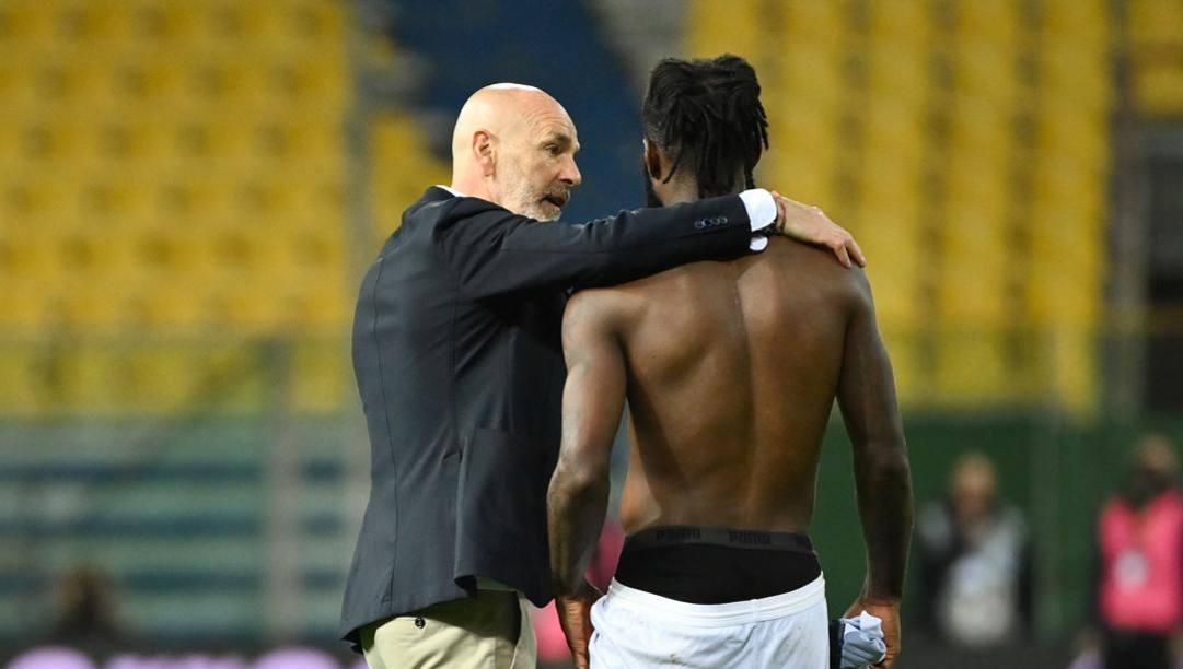 Stefano Pioli abbraccia Franck Kessie al Tardini. LaPresse
