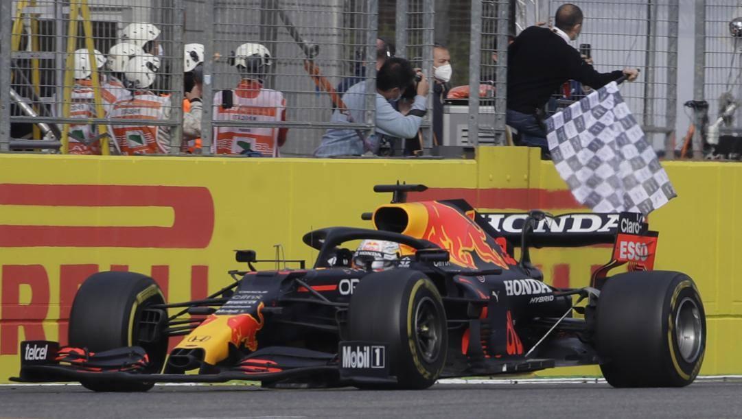 Max Verstappen taglia il traguardo vittorioso a Imola. Getty
