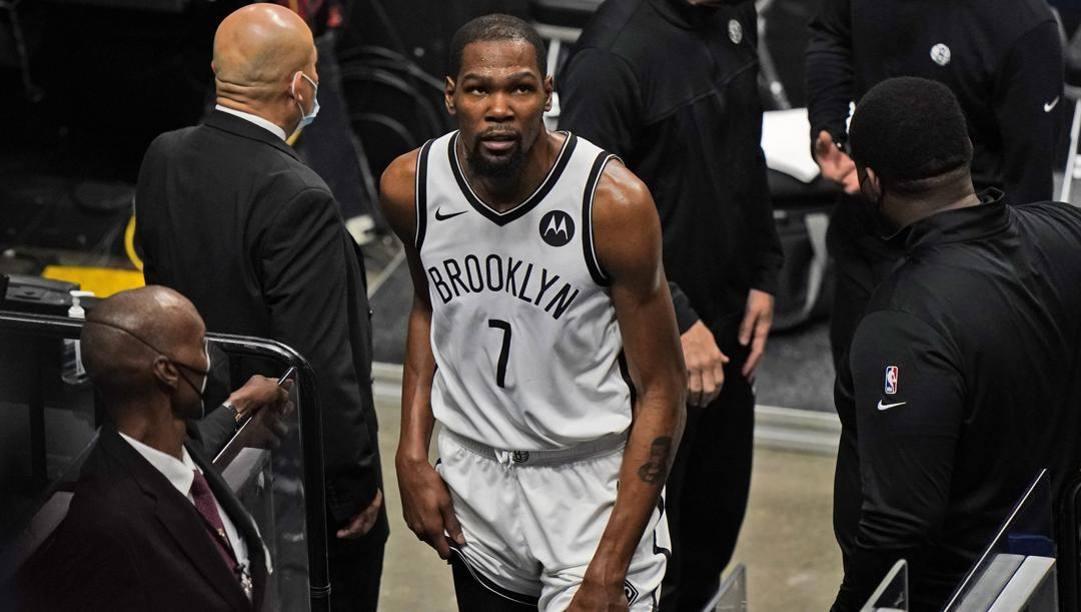 Kevin Durant, 32 anni, si tocca la coscia sinistra uscendo dal campo in Miami-Brooklyn. Ap