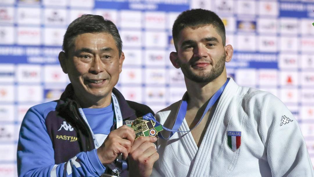 Manuel Lombardo, oro nei 66 kg, con il direttore tecnico azzurro Kiyoshi Murakami