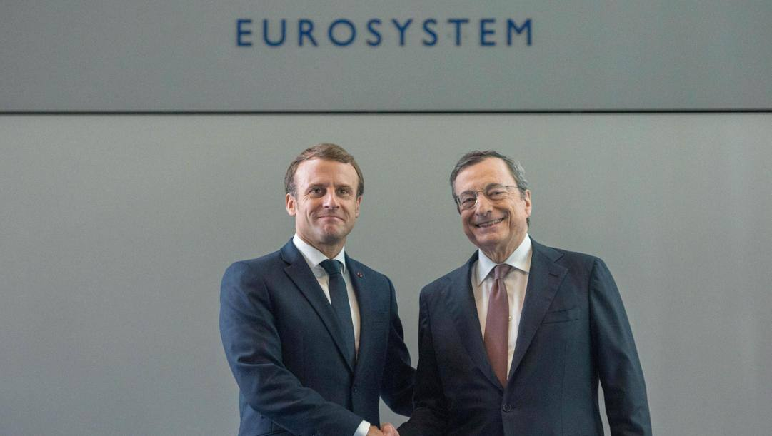 Emmanuel Macron, presidente della Repubblica francese, con Mario Draghi, presidente del Consiglio. EPA