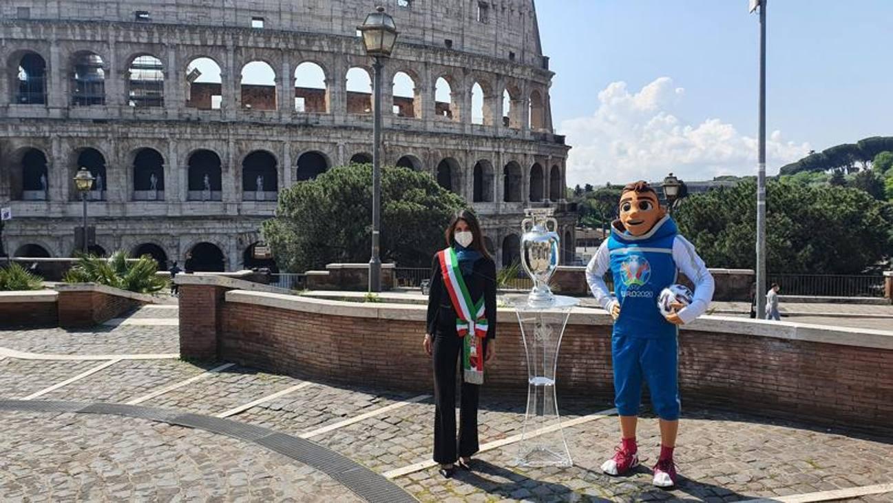 Virginia Raggi con il trofeo e la mascotte degli Europei  davanti al Colosseo.