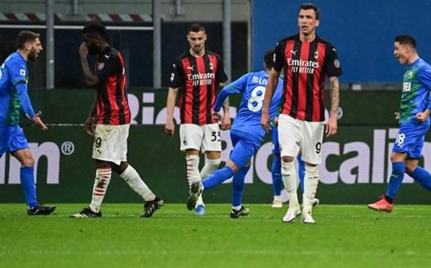 Il Sassuolo esulta dopo il secondo gol di Raspadori. Afp