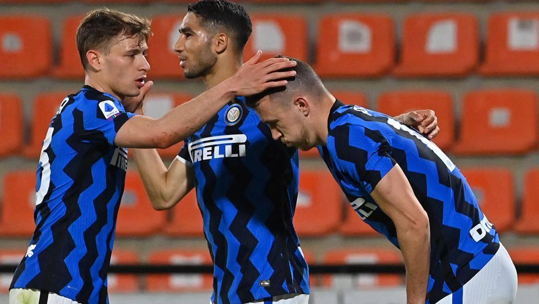 Ivan Perisic (32 anni) festeggiato da Nicolò Barella (24) e Achraf Hakimi (22) al momento del gol. AFP