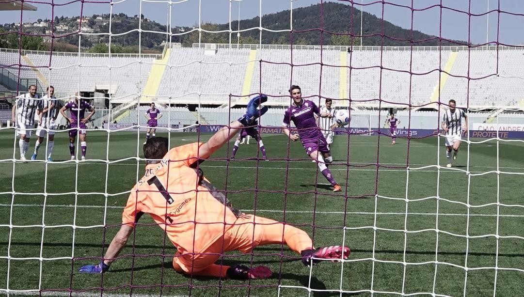 Lo scavetto di Dusan Vlahovic, 21 anni, contro la Juventus (ANSA)