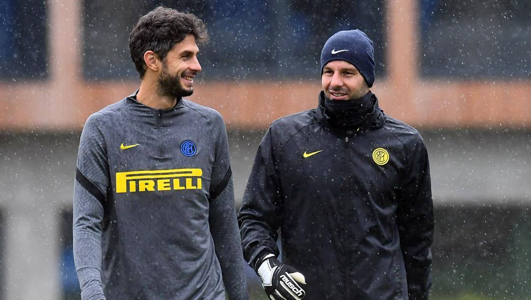 Andrea Ranocchia (33 anni) con Samir Handanovic (36) al Suning Training Center di Appiano Gentile. GETTY IMAGES