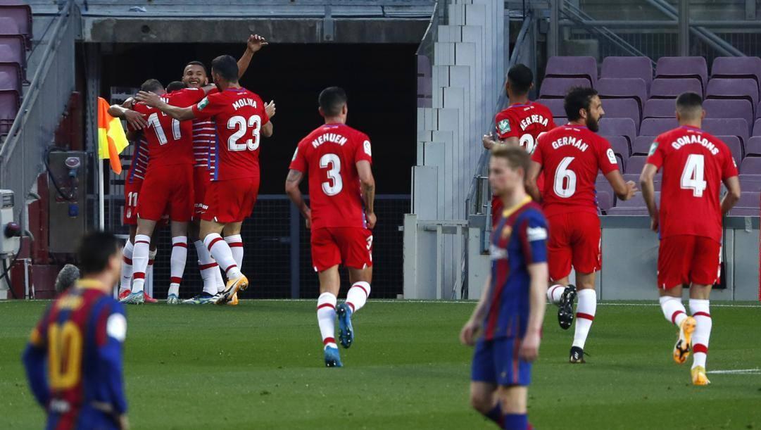 La festa dei giocatori del Granada, che hanno espugnato il Camp Nou. LaPresse