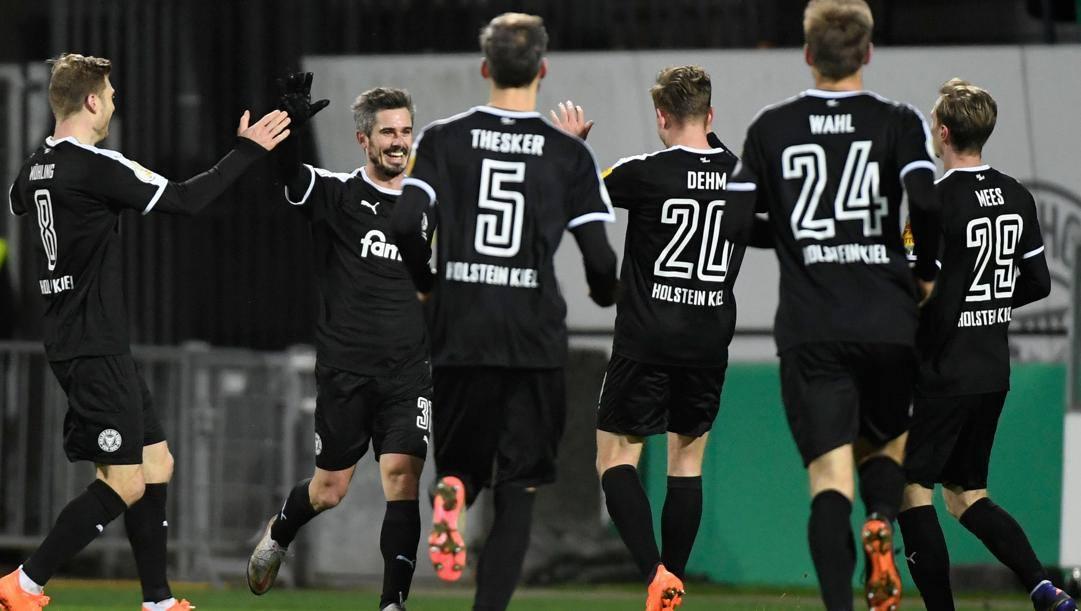 L'esultanza dei giocatori del Kiel dopo la vittoria sul Bayern. AFP