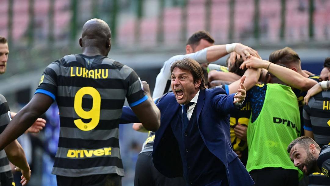Antonio Conte (51 anni) esulta con i propri ragazzi: il tecnico leccese vince lo scudetto alla seconda stagione sulla panchina dell'Inter. AFP