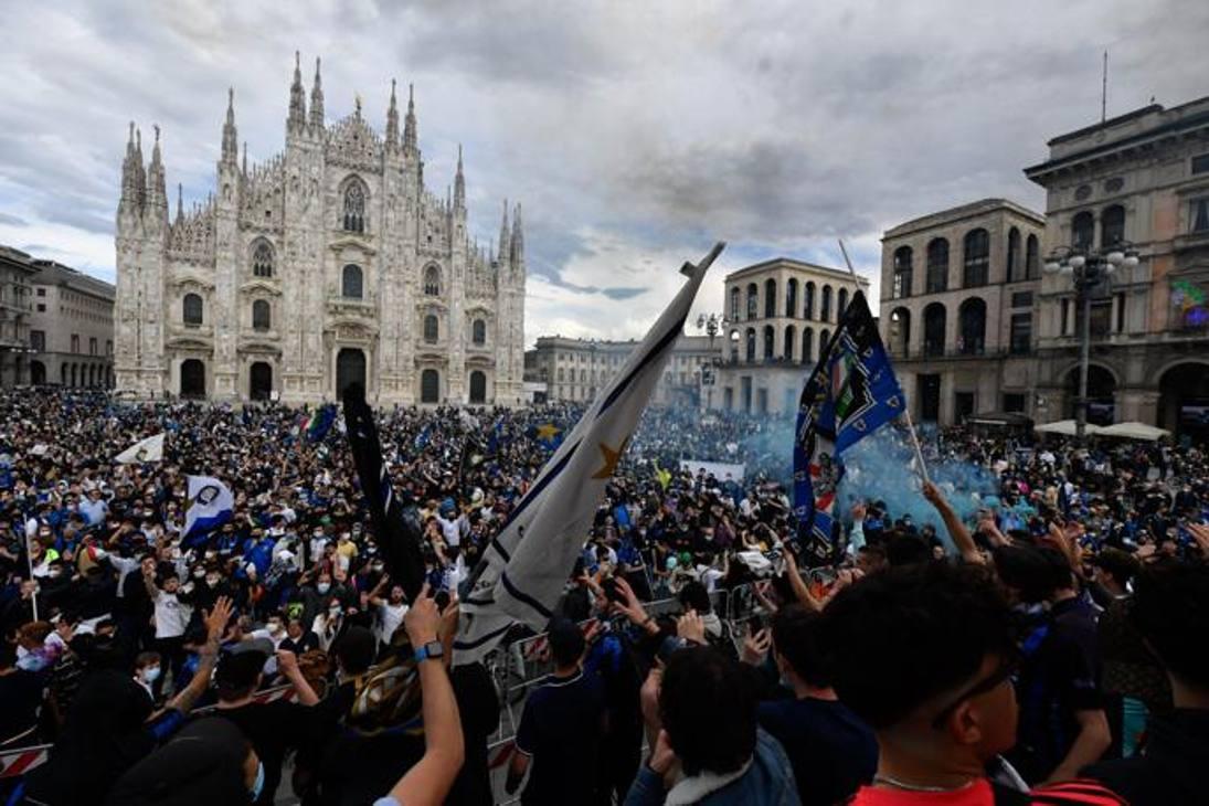 I tifosi hanno invaso Piazza Duomo a Milano  con bandiere e fumogeni. LaPresse