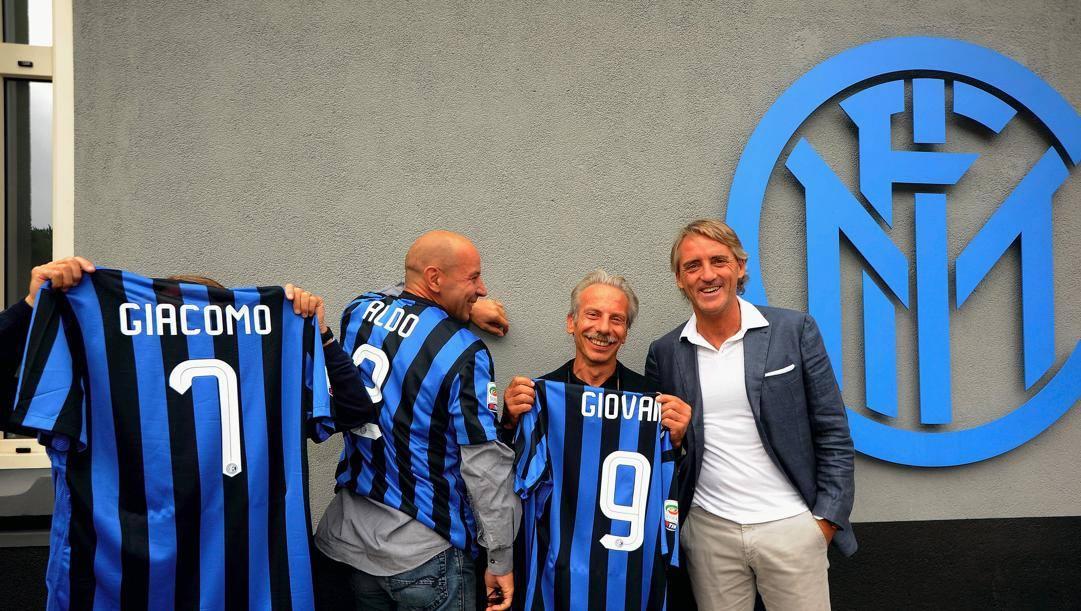 Il trio Aldo, GIovanni e Giacomo con Roberto Mancini e le maglie nerazzurre qualche anno fa. Getty