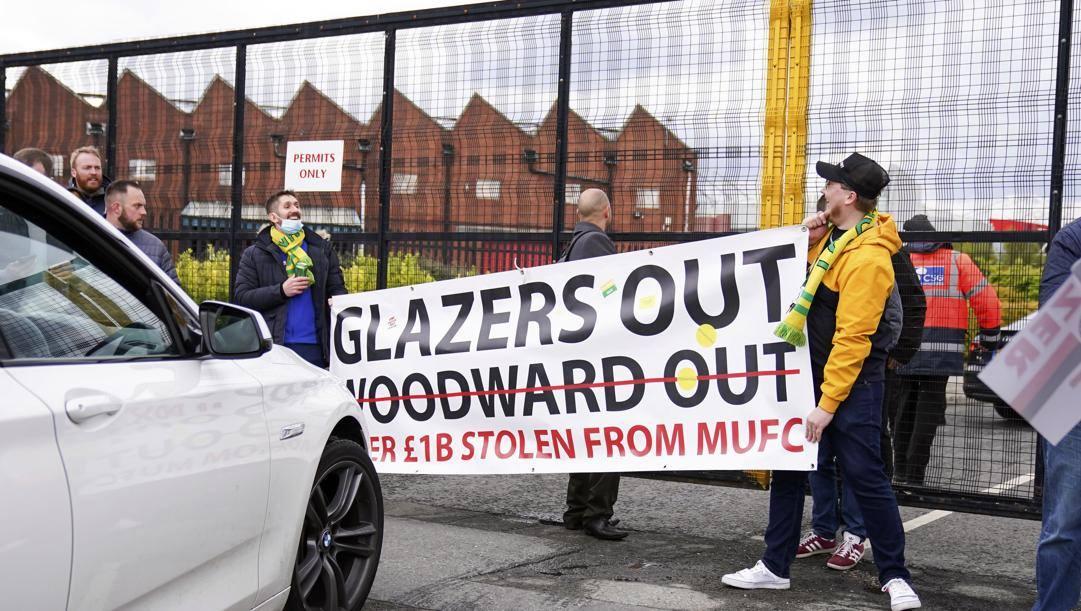 Lo striscione appeso all'ingresso di Old Trafford dai tifosi del Manchester United durante la protesta di ieri. Epa