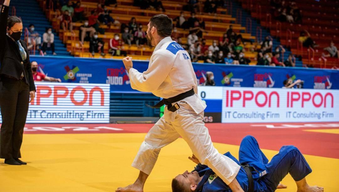 Matteo Piras esulta dopo aver fatto ippon nella finale dei 66 kg a Zagabria