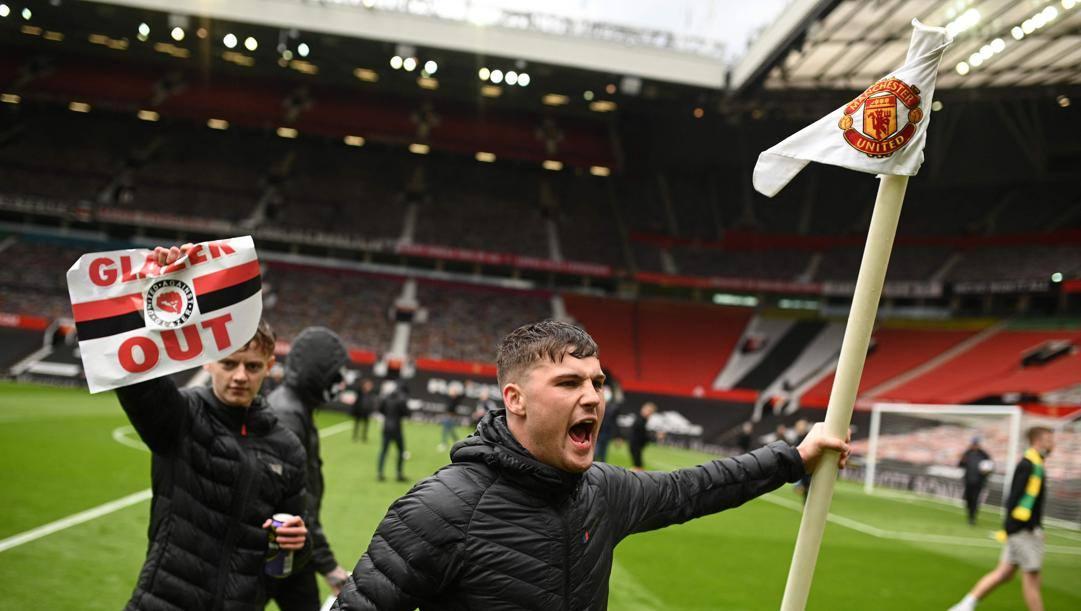 Tifosi United durante l'invasione all'Old Trafford. Afp