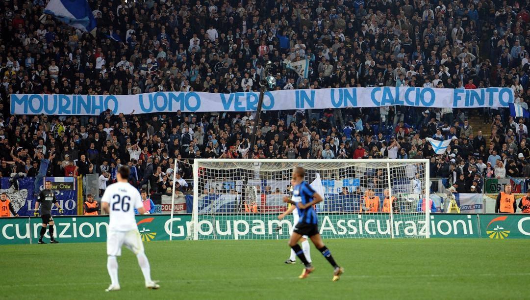 Lo striscione che applaudiva Mou dei tifosi biancocelesti in Lazio-Inter del 2010. Ansa