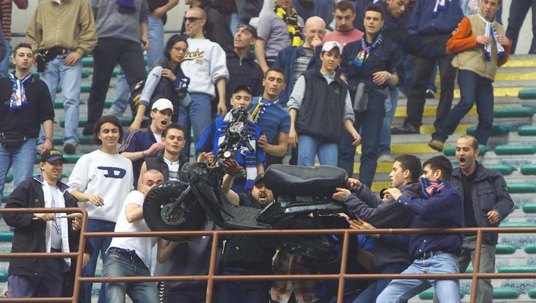 Il motorino gettato dai tifosi durante Inter Atalanta dell'8 maggio 2001. DFP