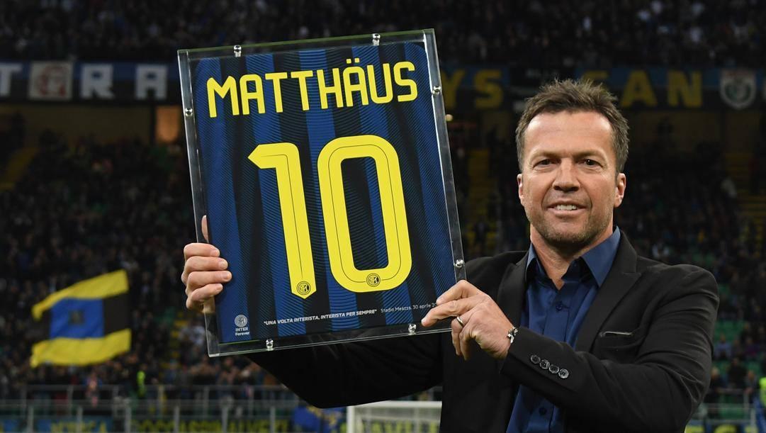 """Lothar Herbert Matthäus (classe 1961) in posa con la """"sua"""" maglia numero 10 dell'Inter. GETTY"""