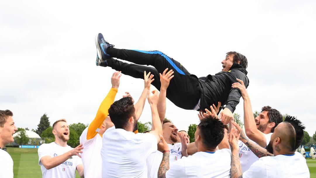 Antonio Conte (51 anni), festeggiato dai propri calciatori ad Appiano Gentile dopo la conquista dello scudetto numero 19: per il tecnico leccese il colpaccio arriva alla seconda stagione sulla panchina dell'Inter. Getty Images