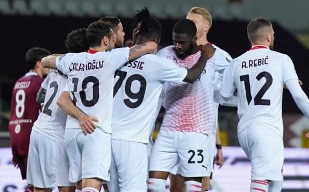 Il Milan esulta dopo la goleada di Torino. LaPresse